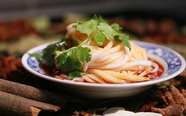 對陜西人來説,涼皮既是菜,也是飯,又是一種風味小吃。