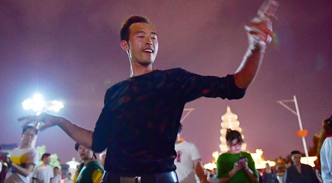 年輕人跳起廣場舞