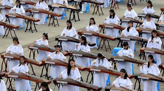 西安舉行千人古箏旗袍秀