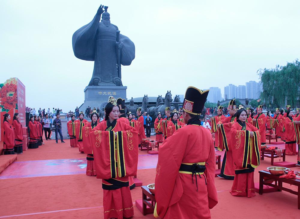 """西安漢城湖邊""""上演""""漢式集體婚禮"""