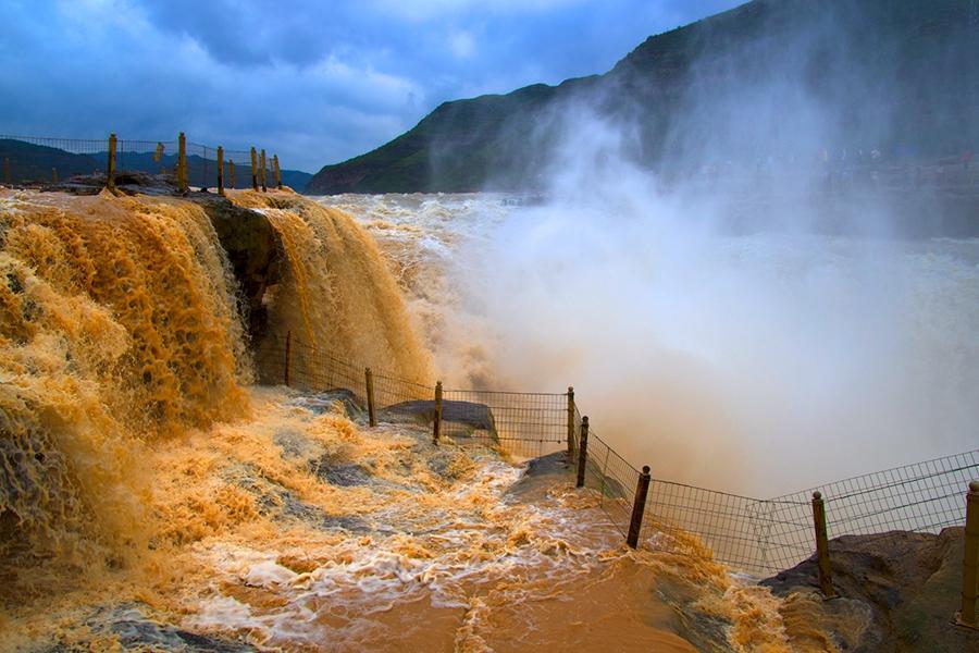 黃河壺口瀑布出現清濁分明的奇觀