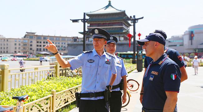 洋氣!兩名意大利警員亮相西安街頭參與聯合巡邏