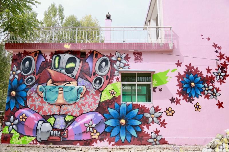 涂鴉進行時 玫瑰小鎮變身色彩海洋