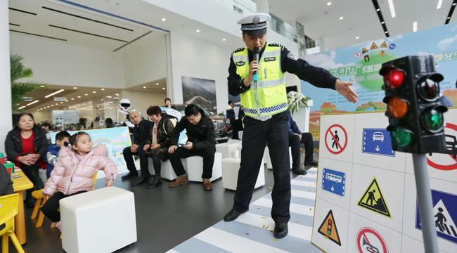 西安經開交警普及兒童交通安全知識 為愛守護