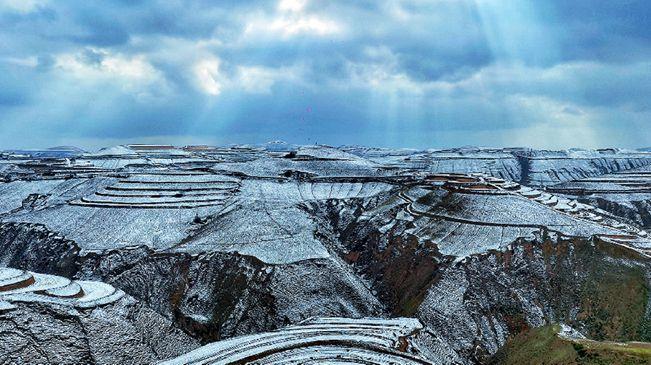 陜西定邊:春花遇春雪 黃土高原生機盎然