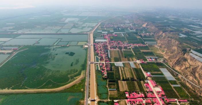 沿黄公路渭南段从渭南市大荔县多彩渔村景区穿过(8月8日摄)。新华社记者 邵瑞 摄